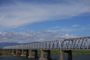 濃尾大橋と秋の空の素材 [FYI00438147]
