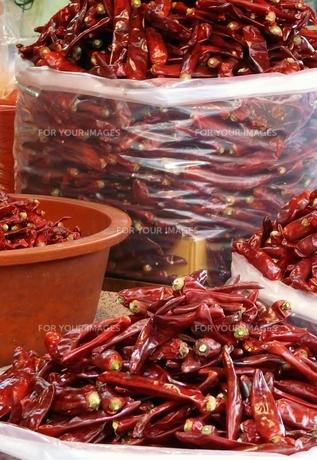 山盛りの真っ赤な唐辛子の写真素材 [FYI00438960]