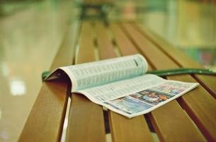 ベンチの上の洋雑誌の写真素材 [FYI00438962]