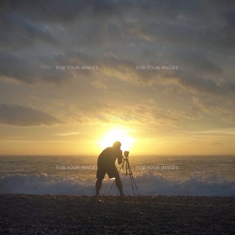 朝の海を撮影する人の写真素材 [FYI00438974]