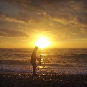 朝の海を撮影する人.の写真素材 [FYI00438975]