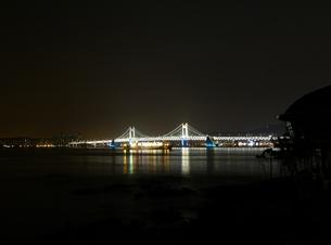 夜の広安大橋とクルーズ船(小)の写真素材 [FYI00438984]