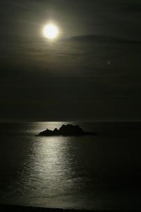 月明かりに浮かぶ島の写真素材 [FYI00438986]