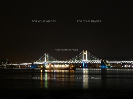 夜の広安大橋とクルーズ船(中).の写真素材 [FYI00438988]