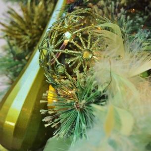 クリスマスのオーナメント(緑)の写真素材 [FYI00438996]