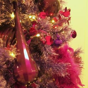 クリスマスのオーナメント(赤)の写真素材 [FYI00438997]