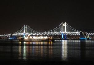 夜の広安大橋とクルーズ船(大)の写真素材 [FYI00438999]