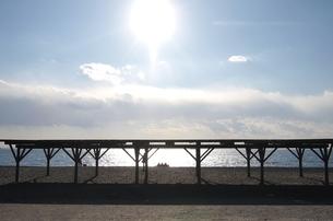海岸に座る人影の写真素材 [FYI00439011]