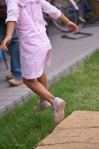 飛び跳ねる子供の足の写真素材 [FYI00439014]
