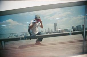 ガラス越しの横浜の空の写真素材 [FYI00439032]