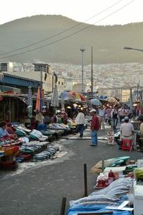 チャガルチ市場と釜山市街の写真素材 [FYI00439033]