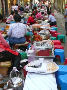 市場の中のレストランの写真素材 [FYI00439037]