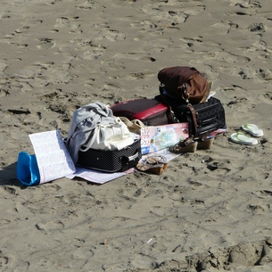 砂浜のスーツケースの写真素材 [FYI00439065]