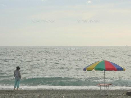 海とパラソルの写真素材 [FYI00439076]