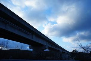 冬空と高速道路高架橋の写真素材 [FYI00439087]