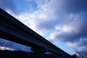 冬空と高速道路高架橋の写真素材 [FYI00439093]