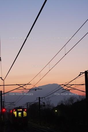 朝焼けの中で大山と山陰本線の素材 [FYI00439281]