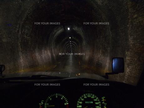 旧鉄道トンネルの道路の写真素材 [FYI00439322]