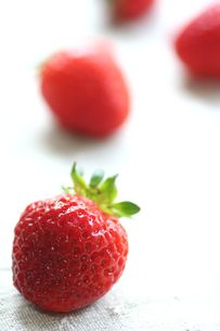 縦に並んだフレッシュなイチゴの写真素材 [FYI00439431]