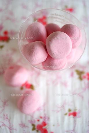 ピンクのマシュマロ 縦写真の写真素材 [FYI00439448]