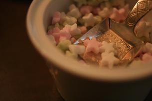 シュガーポットと星型の砂糖の写真素材 [FYI00439462]