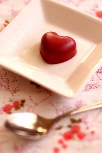 白いお皿の上の赤いチョコの写真素材 [FYI00439476]