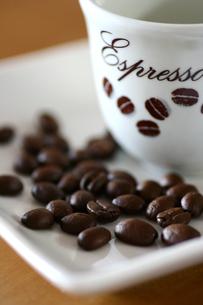 コーヒー豆とコーヒーカップの写真素材 [FYI00439484]