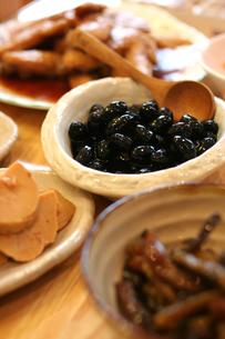 黒豆の煮物のある食卓の写真素材 [FYI00439498]