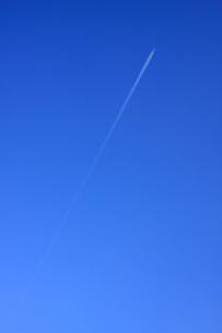 青空と飛行機雲の写真素材 [FYI00439520]