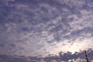 夕暮れの空と雲と電線の写真素材 [FYI00439526]