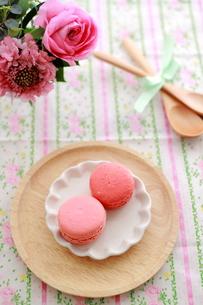 ピンクのマカロンとフラワーアレンジの写真素材 [FYI00439528]