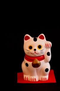 招き猫(縦位置)の写真素材 [FYI00439535]