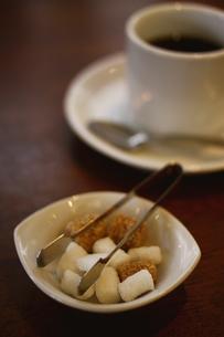 コーヒーシュガーとコーヒーカップの写真素材 [FYI00439538]
