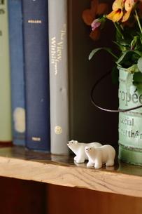 本棚とクマの置物の写真素材 [FYI00439544]