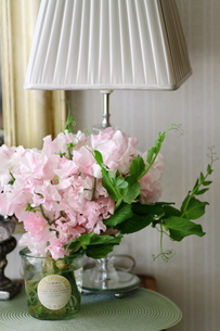 リビングの花とシェード型スタンドの写真素材 [FYI00439552]