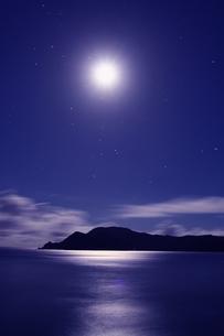 月の光に輝く海と島の写真素材 [FYI00439575]