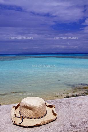 青い海と麦藁帽子の写真素材 [FYI00439576]