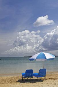 青い海と青い椅子と青い空の写真素材 [FYI00439581]