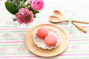 ピンクのマカロンと花のテーブルセッティングの写真素材 [FYI00439610]