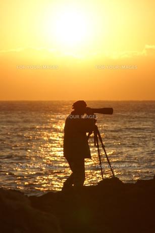 朝日を撮影するカメラマンの写真素材 [FYI00439763]