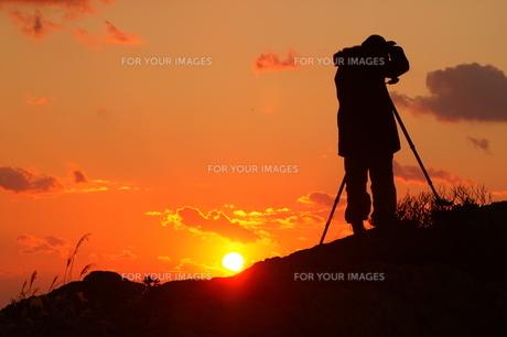 朝日を撮影するカメラマンの写真素材 [FYI00439768]