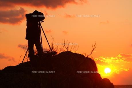 朝日を撮影するカメラマンの写真素材 [FYI00439769]