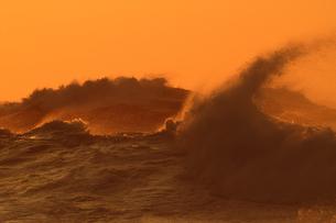 オレンジの空と波の写真素材 [FYI00439771]