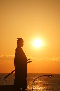 中岡慎太郎像と朝日の写真素材 [FYI00439774]