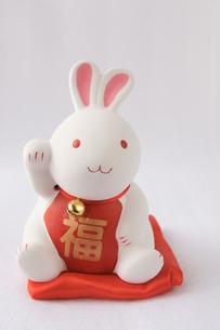 招きウサギうさぎ置物の写真素材 [FYI00439783]