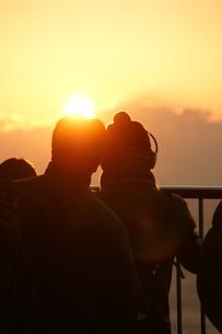 朝日初日の出を見るカップルの写真素材 [FYI00439794]