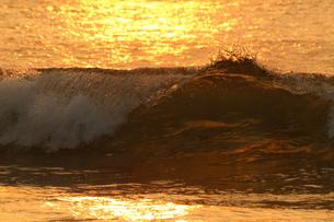 オレンジの海と波の写真素材 [FYI00439802]