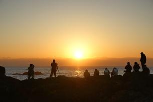 日の出を見る人々の写真素材 [FYI00439822]