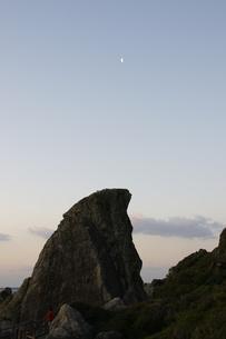 エボシ岩と月の写真素材 [FYI00439837]