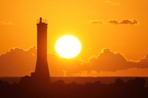 灯台と夕日の写真素材 [FYI00439843]